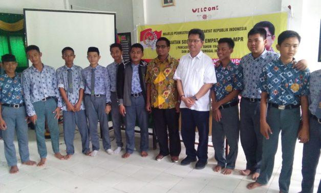 Iskandar Sosialisasakan UUD 45 Kepada Siswa Yayasan Pendidikan PERGIS